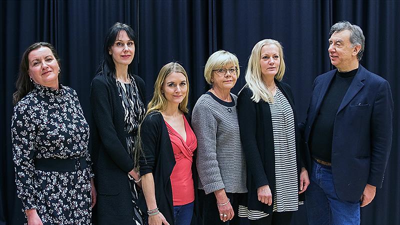 Fem solister och en italiensk dirigen. Från vänster Carina Stenberg, Sofia Flodin, Carina Henriksson, Monica Wasberg, Annette Strandljung och Claudio Morbo.